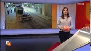 Polizeiauto rammt Straßenbahn!