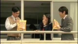放課後に、教室のベランダから校庭を眺めているコイケ先生と、真面目そ...