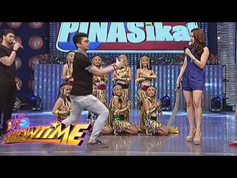 Vhong Navarro performs a magic trick on PINASikat!