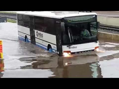 Rostock unter Wasser Unwetter 11.06.2014 Bus kämpft sich durchs Wasser