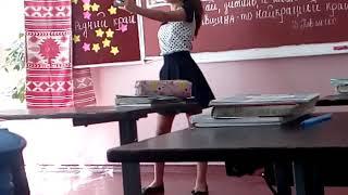 Одноклассница снимает видео в Like в школе ( танцует )