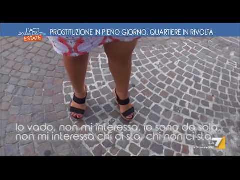 Prostituzione in pieno giorno, quartiere in rivolta
