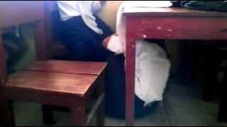Siswa SMP buka jilbab di bawah meja