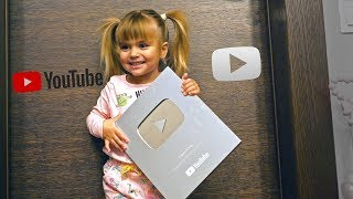 Серебряная кнопка Оливии (мы получили нашу первую кнопку YouTube) это награда за 100 000 подписчиков