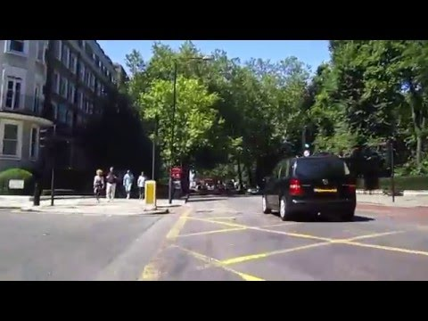 Cycling in London : Holland Park avenue