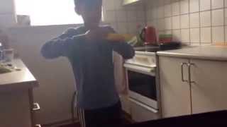 Hemat spiser en banan helt normalt og han gør det omvendte