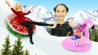 Куклы Барби и Штеффи катаются с горки. Видео для девочек.