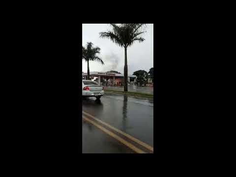 Kombi pega fogo dentro de posto de combustíveis em Paranavaí