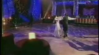 Белый лебедь парящий в танце