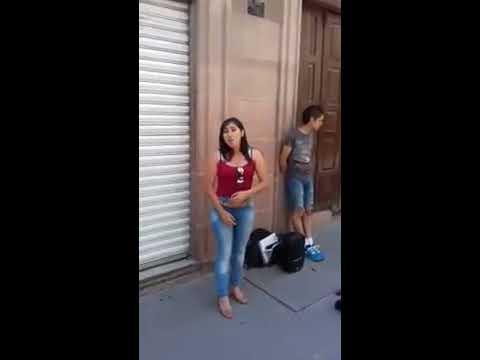 Mujer cantante de opera en las calles de San Luis Potosí