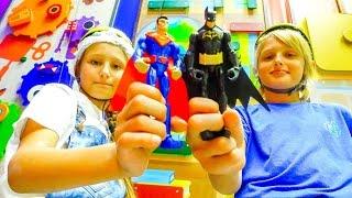Скалодром с СУПЕРГЕРОЯМИ! Бэтмен против Супермена! Куда сходить с детьми? Видео с игрушками(Видео с игрушками: Бэтмен против Супермена! Куда сходить с детьми на выходных? Активный отдых в Скалодроме..., 2016-08-15T14:06:10.000Z)