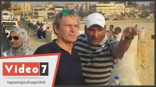 الفنان العالمى مايكل بولتون ينهى زيارته للأهرامات بمشاهدة أبو الهول