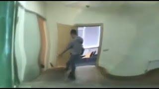 После настойчивого стука журналистов силовики закрыли и внутреннюю дверь | Страна.ua