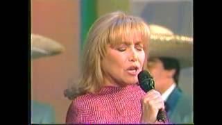 Estela Núñez cantando con Mariachi en Al fin de semana!