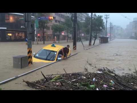 Rain in Keelung, Taiwan traps cab driver (June 02 2017)