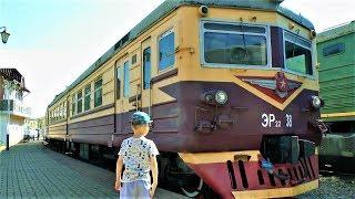 Мальчик Максим смотрит разные Поезда - Видео про поезда для детей