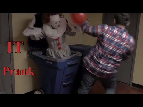 IT - Pennywise the Clown Halloween Scare Prank