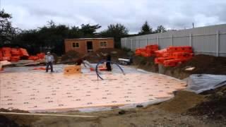 видео Ленточный монолитный фундамент: преимущества и недостатки основания