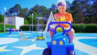 سينيا تلعب الغميضة مع فيديو السيارة الصغيرة عن سيارات للأطفال