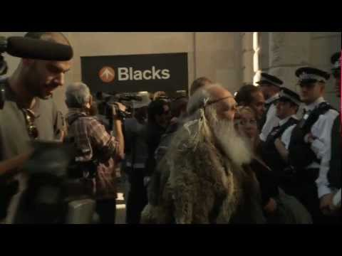 Aboriginal Elder takes on the Police at Occupy LSX