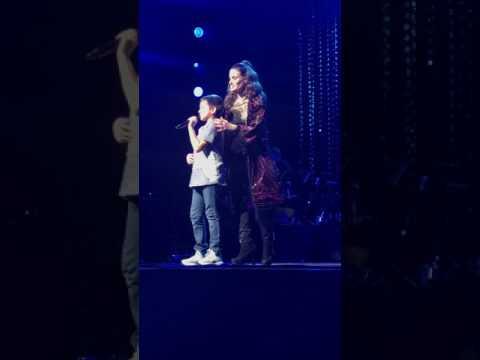 Let It Go: Idina Menzel closes show with amazing kid Luke Chacko - 7/30/17