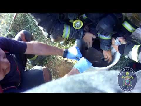 Bomberos y Policía Local de Cartagena rescatan a un niño atrapado en un tubo