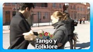 Bailando tango frente a la casa Rosada