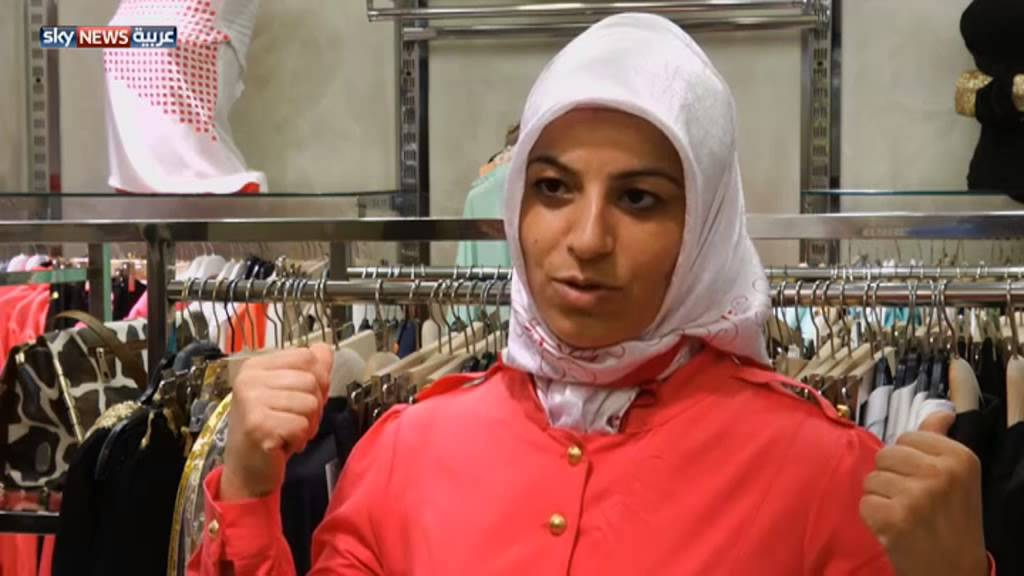6e07a04028d90 تركيا.. أزياء المحجبات تجمع الأناقة بالحشمة - YouTube