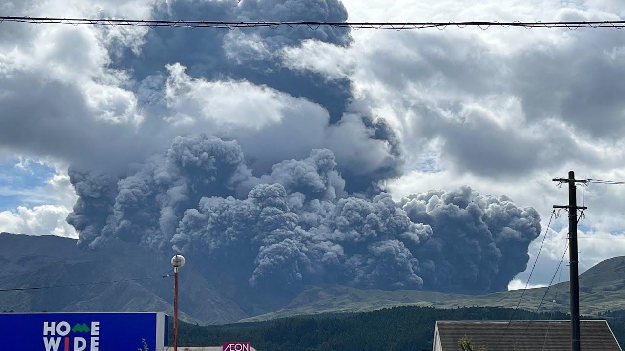 Download 🌋 Japan's biggest volcano erupts! Mt Aso 🇯🇵 October 20 2021 阿蘇山噴火