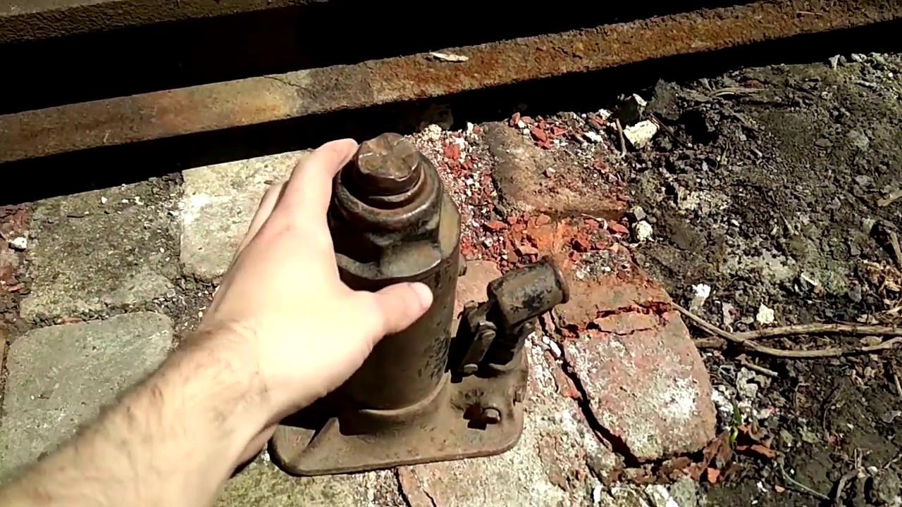 Как вытянуть рельсу (швеллер) от столба электро опоры в одиночку с помощью домкрата