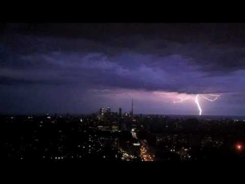 Intense thunder and lightning storm strikes CN Tower ...