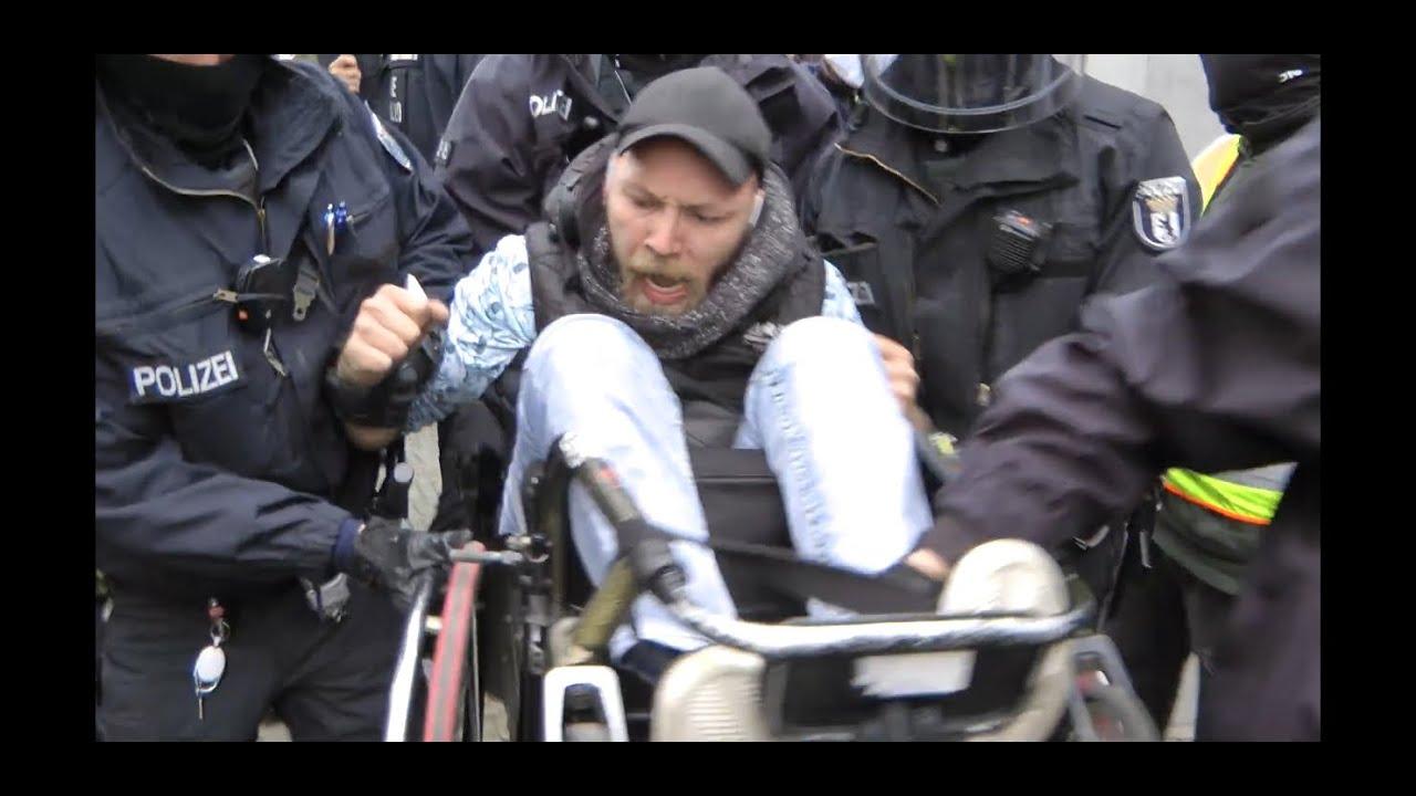 Festnahme eines Rollstuhlfahrer in Berlin am Samstag 17.04.2021