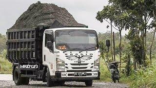 Overloaded Dump Truck Stuck Pulled By Kobelco SK200 Excavator | Muatan Berat Truk Pasir