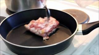 Видеорецепт фасоли с беконом.