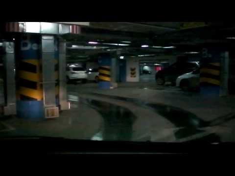 Въезд на парковку ТРЦ Гулливер.