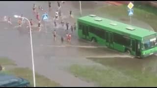 В Бресте после ливня дети «купались» на затопленной дороге