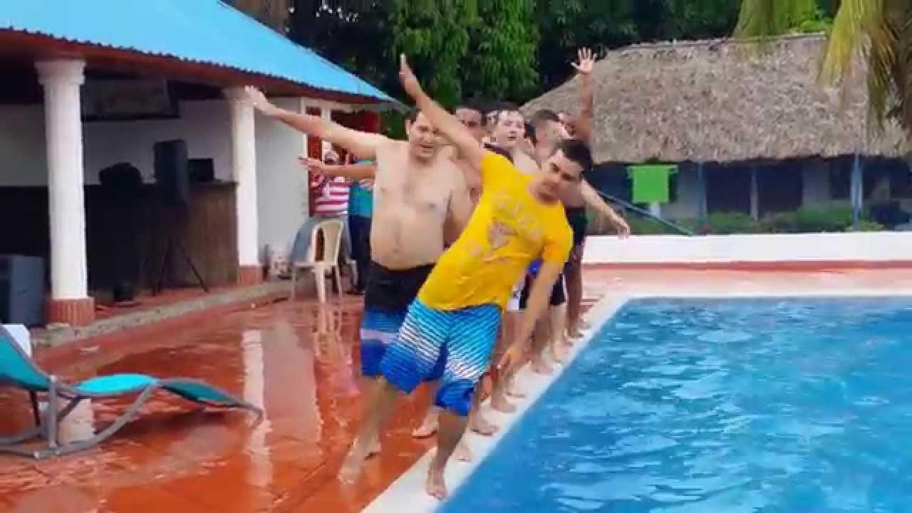 Mira lo que pas en piscina de berastegui ci naga de oro for Piscina triangulo de oro