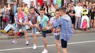 видео Танец на улицах Баку (классно танцуют) | MADAGASCAR Flashmob