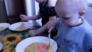 дети едят суп