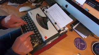 Olympia Traveller de Luxe S Typewriter (1980's)