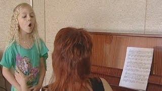 девочка из Слонима поёт с закрытым ртом