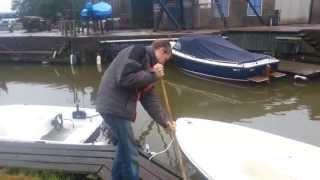 Jongen helpt de haven in Britsum een handje