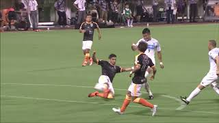 ミドルレンジでボールを持った都倉 賢(札幌)のパスは味方選手とタイミ...