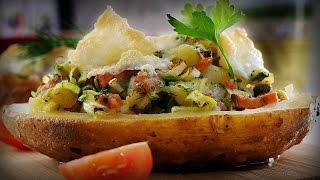 Печеный картофель с копченым лососем и каперсами