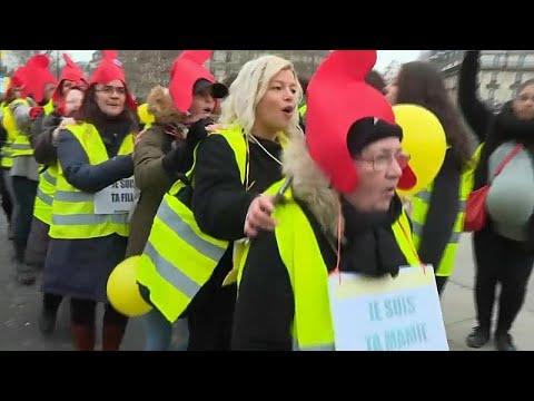 شاهد: -الأيدي الناعمة- في باريس..  مظاهرة للسترات الصفراء يقودها الجنس اللطيف …