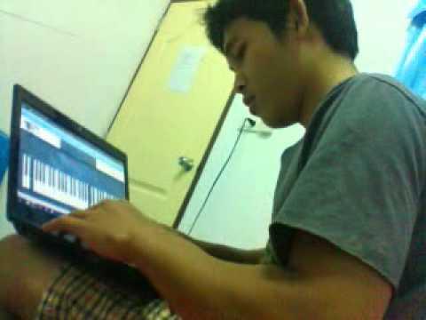 เล่นเปียโนในโน๊ตบุค
