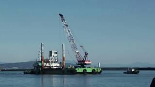 1月27日 現場から係留場所に帰るクレーン船