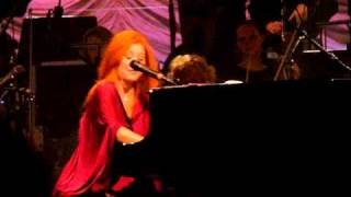 Tori Amos & Metropole Orchestra - Improv/introduction to Holly, Ivy and Rose + Snow Angel Intro.