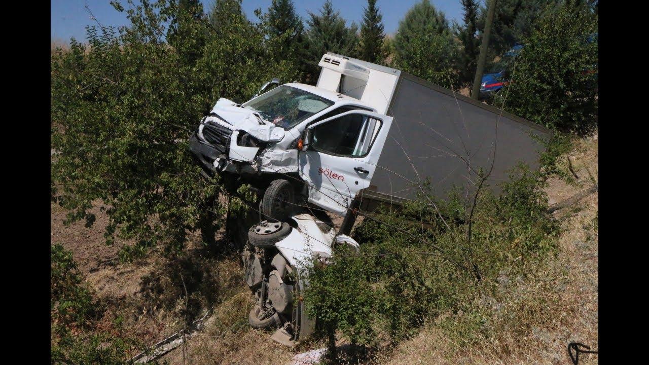 Otomobil Ve Kamyonet Çarpışarak Şarampole Yuvarlandı 4 Yaralı