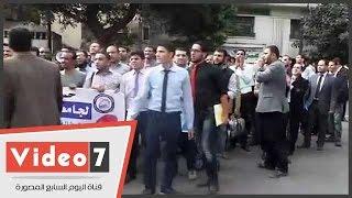 """حملة الماجستير ينقلون وقفتهم أمام """"الوزراء"""" .. ويهتفون :"""" حقنا هنموت وراه """""""
